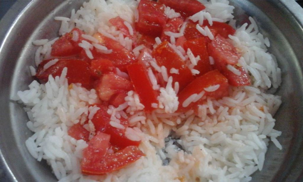 Rice and tomatoes fast-snack, totally lazy, and a lot of olive oil, plus pepper